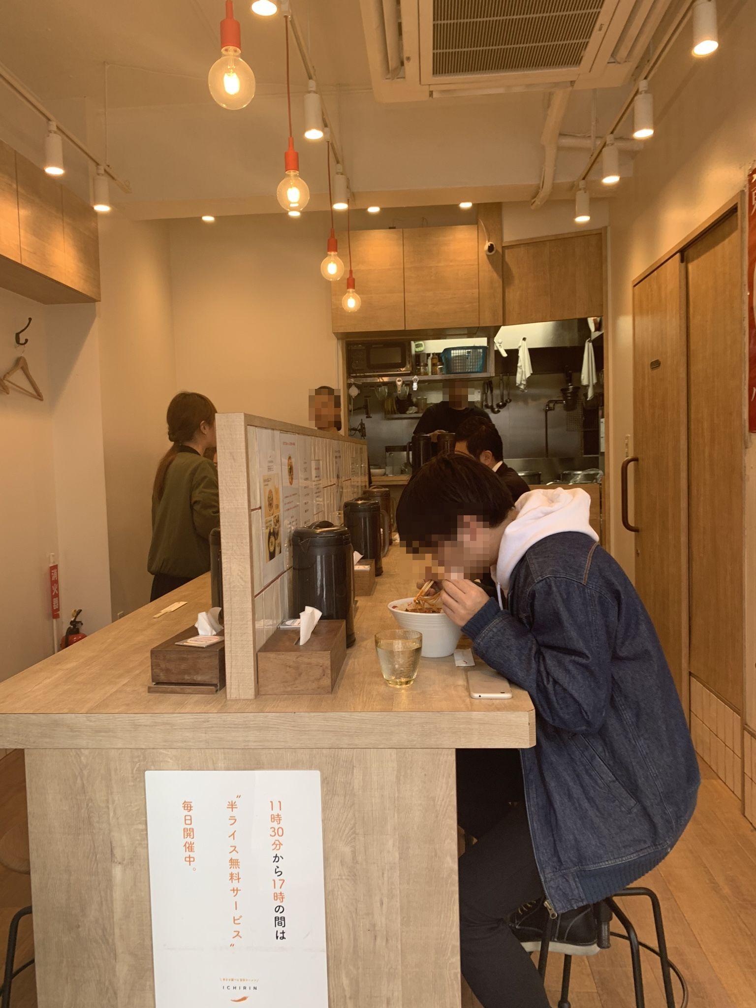 渋谷の辛麺屋一輪の内観